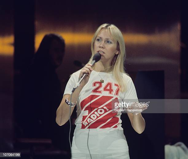 Agnetha Faltskog of Abba performs on the Dutch TV program 'Een van de Acht' on November 23 1976 in The Hague Netherlands She wears a tshirt...