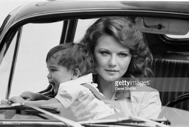 Agostina Belli et le petit Roberto lors du tournage du film 'Le Grand Escogriffe' réalisé par Claude Pinoteau à Rome en juin 1976 Italie