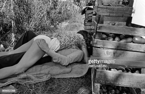 Agostina Belli et Ninetto Davoli sur le tournage du film 'L'escargot' réalisé par Ruggero Maccari à Rome en novembre 1974 Italie