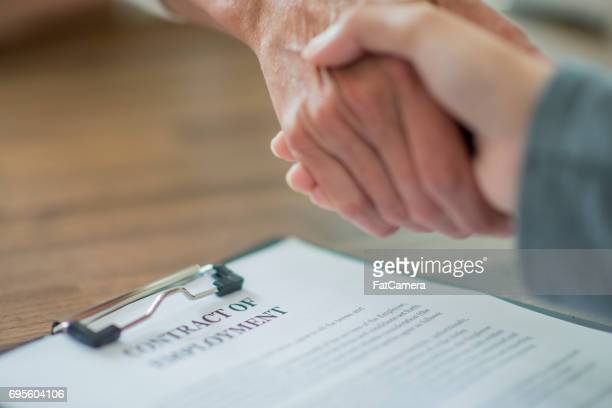 agreeing to a contract - recruitment stock pictures, royalty-free photos & images