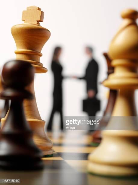 vereinbarung in schach - angriffsspieler stock-fotos und bilder