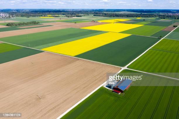 農業の納屋と農業の風景, 空中写真 - 耕す ストックフォトと画像