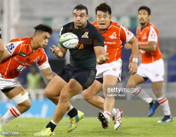 Agustin Creevy of Jaguares passes the ball during the Super Rugby match between Jaguares and Sunwolves at Estadio Jose Amalfitani on May 6 2017 in...