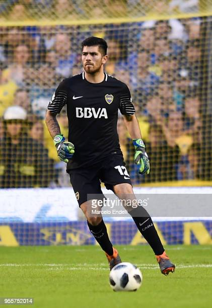 Agustin Rossi of Boca Juniors drives the ball during a match between Boca Juniors and Union de Santa Fe as part of Superliga 2017/18at Estadio...