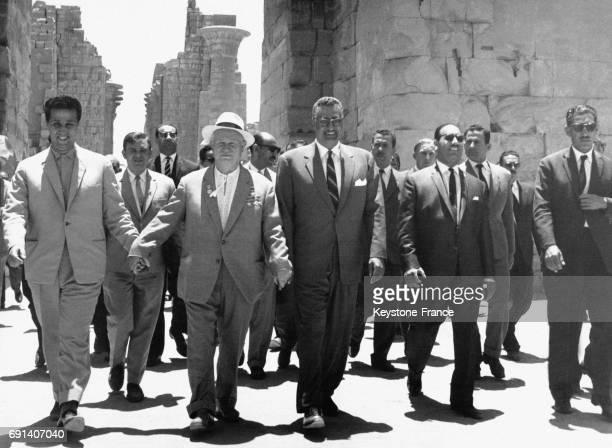 Ahmed Ben Bella Nikita Khrouchtchev Nasser et Aref se donnant les mains en un geste symbolique le 17 septembre 1959 à Assouan Egypte