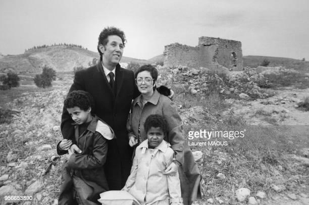 Ahmed Ben Bella récemment libéré après 15 ans de détention est de retour sur les ruines de la ferme de ses parents dans son village natal accompagné...