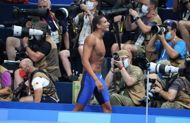 يحتفل التونسي أحمد حفناوي بفوزه بسباق 400 متر سباحة حرة رجال في اليوم الثاني من أولمبياد طوكيو 2020 في مركز طوكيو للألعاب المائية ...