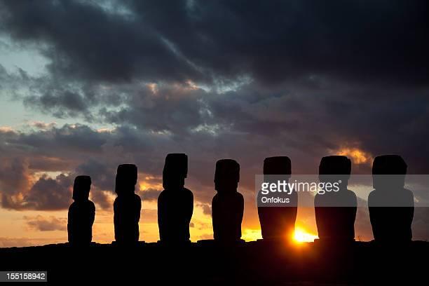 Ahu Tongariki Moais en Sunrise en la isla de Pascua, Chile