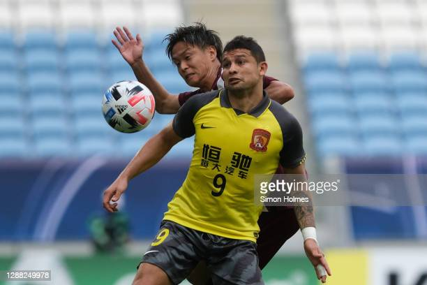Ai Kesen, also known as Elkeson. Of Guangzhou Evergrande wins a header during the AFC Champions League Group G match between Vissel Kobe...