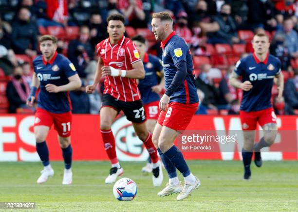 Aiden McGeady of Sunderland carries the ball during the Sky Bet League One Play-off Semi Final 1st Leg match between Lincoln City and Sunderland at...