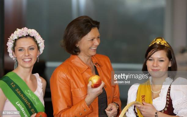 Aigner Ilse Politician CSU Germany Federal Minister of Food Agriculture and Consumer Protection with the Saxon flower queen Elisabeth Blueml and the...