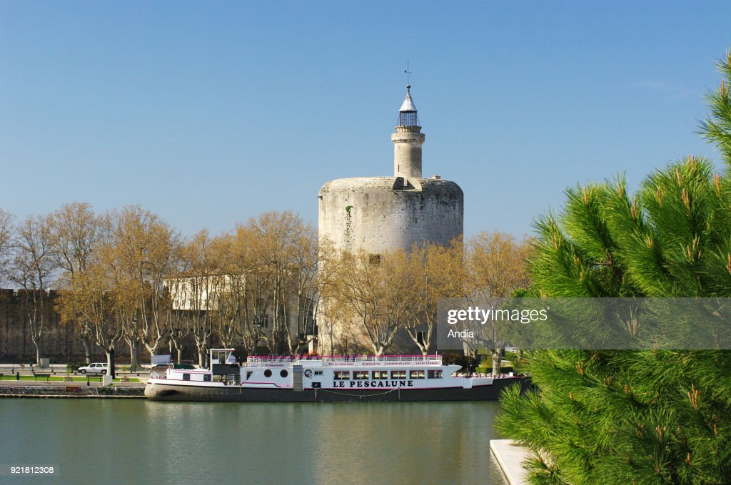 Canal du Rhone a Sete ('canal from the Rhone river to Sete') and the Constance Tower, listed as a 'monument historique', French for National Heritage Site.