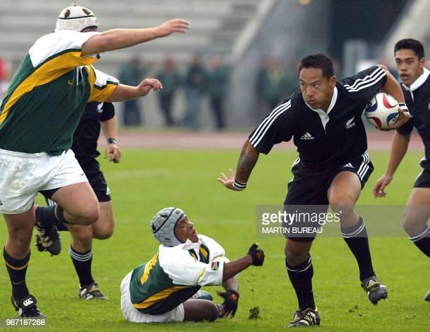 L'ailier néozélandais Hosea Gear échappe au placage de l'ailier sudafricain Leon Karemaker le 20 avril 2003 à Bondoufle lors de la finale de la coupe...