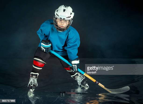 Ziel zu gewinnen. Kleines Hockey-Spieler