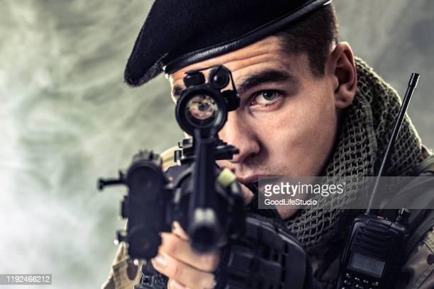 apontando - infantaria - fotografias e filmes do acervo