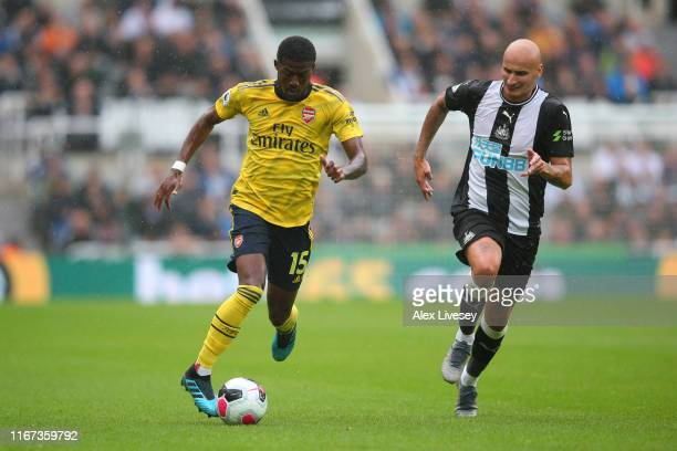 Ainsley MaitlandNiles of Arsenal runs with the ball under pressure from Jonjo Shelvey of Newcastle United during the Premier League match between...