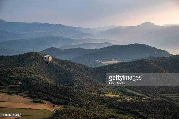 ballon d'air au-dessus des volcans brumeux de paysage à la garrotxa, province de gérone, catalogne, espagne - catalogne photos et images de collection