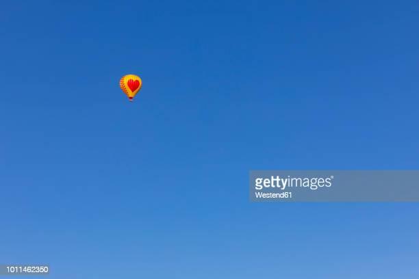 air balloon with heart, clear blue sky, copy space - céu claro imagens e fotografias de stock