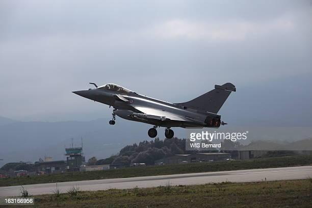 Air Base 126 Of Solenzara. Avec les pilotes de la base avant des appareils français engagés dans l'opération internationale contre la Libye, à...