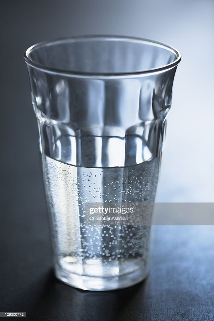 Air bubbles in glass of water : Foto de stock