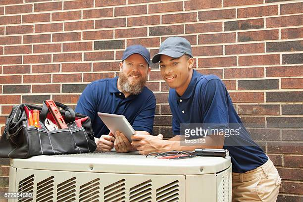 Klimaanlage Reparateure Arbeit zu Hause ausgestattet. Digitaltablett.