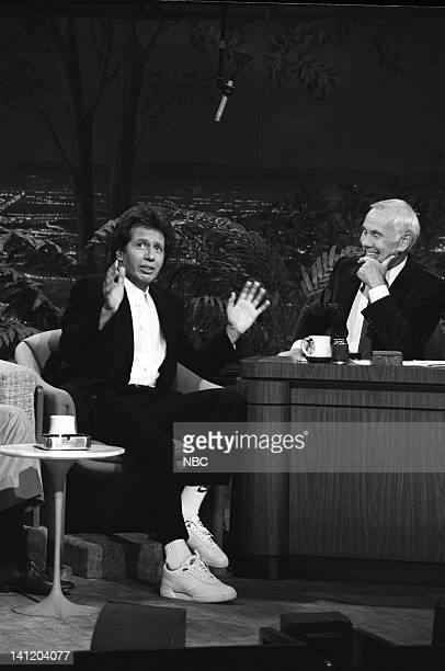 CARSON Air Date Pictured Actor/comedian Garry Shandling host Johnny Carson Photo by Gary Null/NBCU Photo Bank