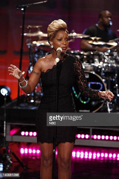SHOW Air Date Episode 66 Pictured Musical guest Mary J Blige performs on December 17 2009 Photo by Justin Lubin/NBCU Photo Bank