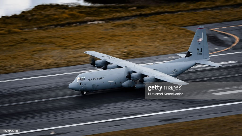 US Air force C-130 airplane take off from Phuket airport : Stock-Foto