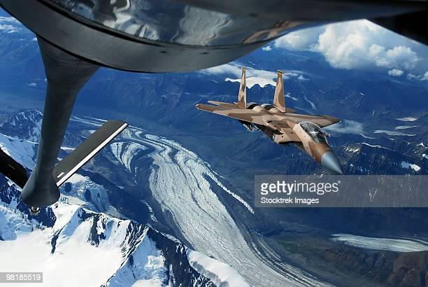 a u.s. air force f-15c eagle positioning itself behind a kc-135r stratotanker over alaska. - オーストラリア軍 ストックフォトと画像