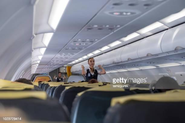 aeromoça dando instruções de segurança antes do voo - instruções - fotografias e filmes do acervo