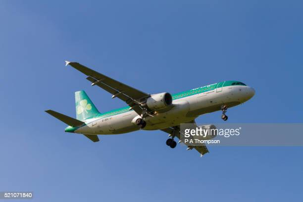 air lingus, airbus a320 coming in to land - airbus stock pictures, royalty-free photos & images