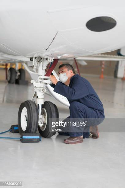 air mechanic working at the airport wearing a facemask - air vehicle stock pictures, royalty-free photos & images