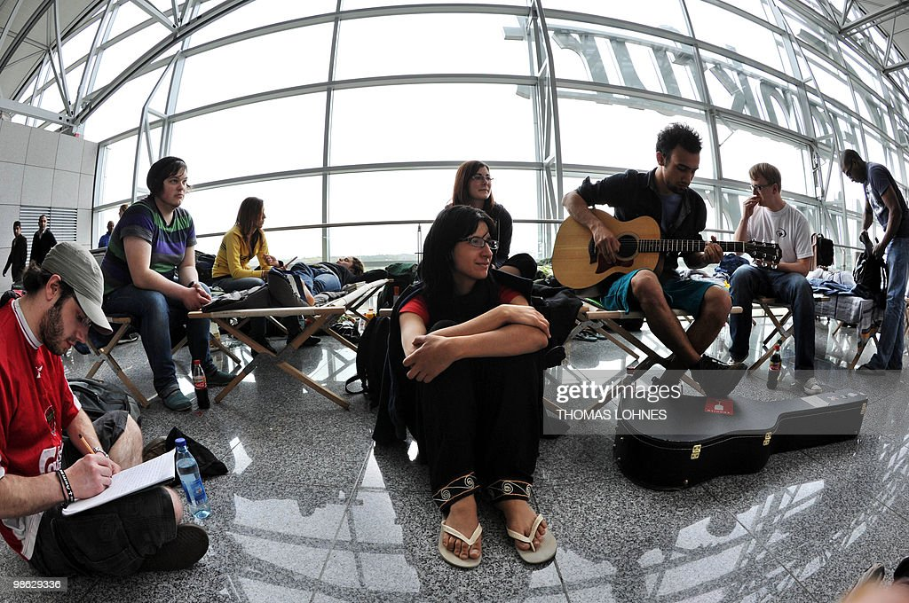 Air passengers wait at Frankfurt interna : Nieuwsfoto's