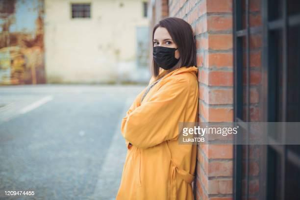 luftverschmutzung in der stadt - atemschutzmaske stock-fotos und bilder