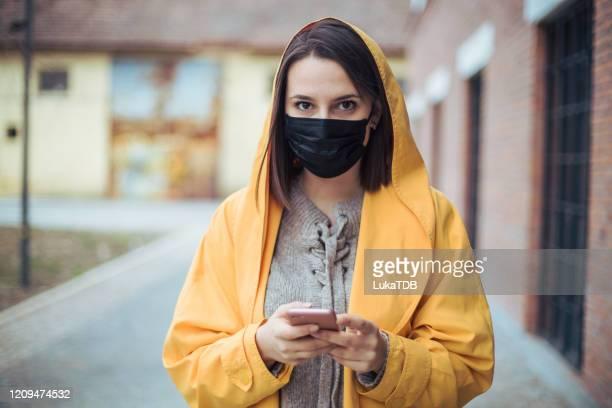 pollution de l'air dans la ville - masque de chirurgien photos et images de collection