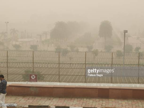 air pollution peaks in new delhi - new delhi stock pictures, royalty-free photos & images