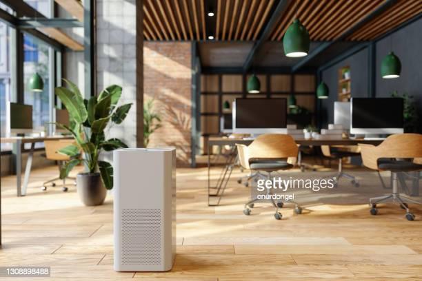 purificador de ar em moderno escritório de plano aberto para ar fresco, vida saudável, limpeza e remoção de poeira. - legal system - fotografias e filmes do acervo