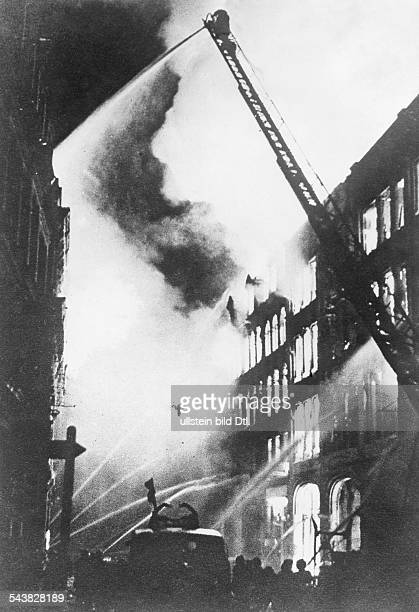2WW Air War Battle of Britain Burning houses in London after a german air attack September 1940no further informationVintage property of ullstein bild