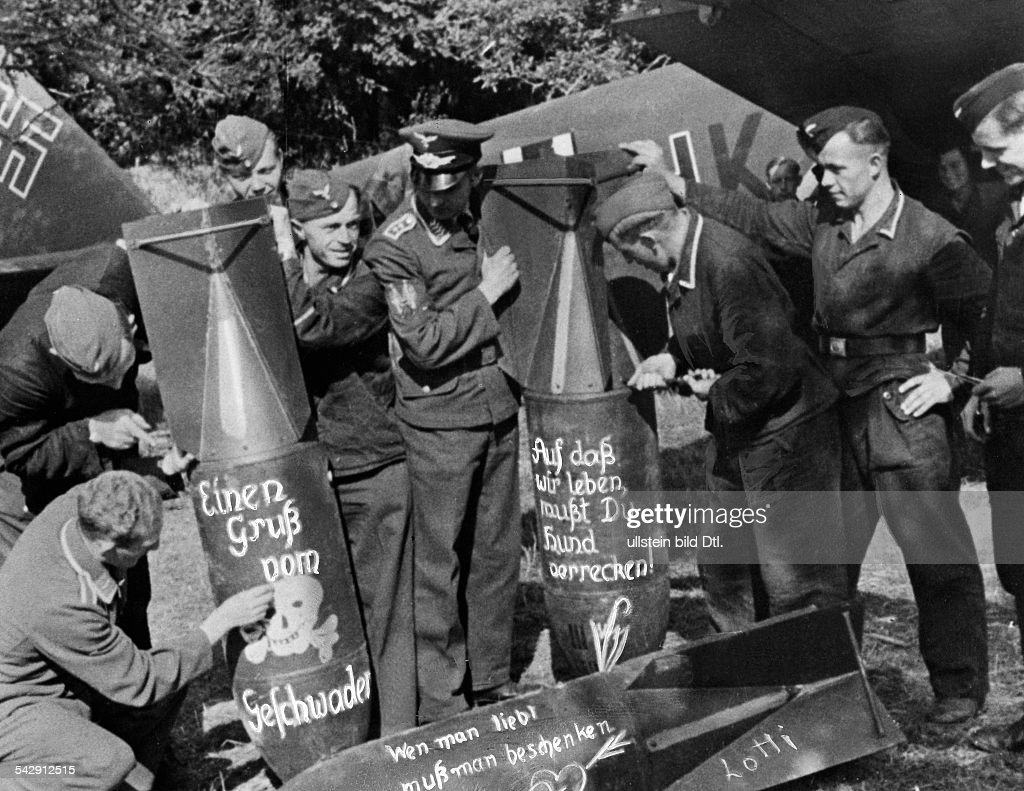 2.WW, Air War: Battle of Britain (07.40-05.41) German ground crew mebers writing sarcastic texts on bombs destined for London. 12./13.09.1940 (London Blitz) : News Photo