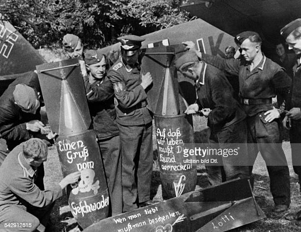 2WW Air War Battle of Britain German ground crew mebers writing sarcastic texts on bombs destined for London 12/
