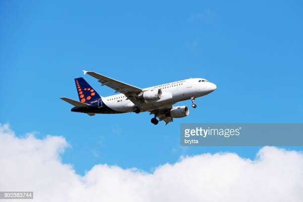 airbus a 319 from brussels airlines approaching brussels airport - brussels airlines stock pictures, royalty-free photos & images