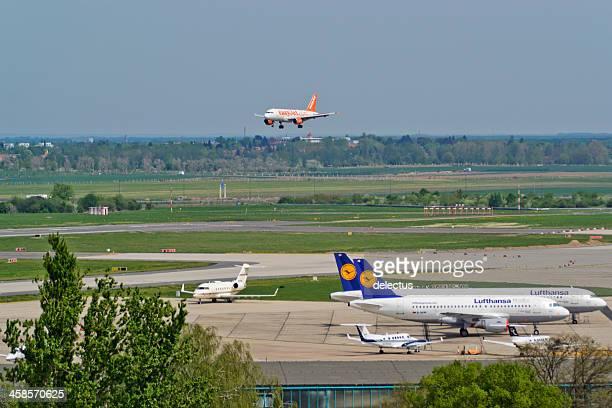airbus a 319-111 von easyjet in der landung-ansatz - flughafen berlin brandenburg stock-fotos und bilder