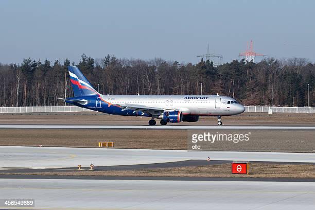 airbus a320 aeroflot auf der startbahn rollen auf die start- und landebahn - ollo stock-fotos und bilder