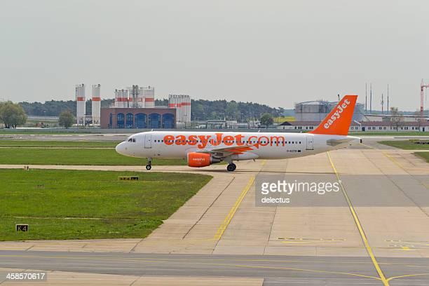 airbus a 320-214 von easyjet - flughafen berlin brandenburg stock-fotos und bilder