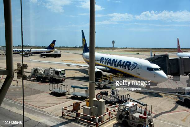 ryanair aircraft at the prat airport terminal in barcelona. - striker stock pictures, royalty-free photos & images