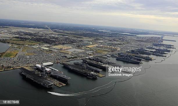 aircraft carriers in port at naval station norfolk, virginia. - marinebasis stockfoto's en -beelden