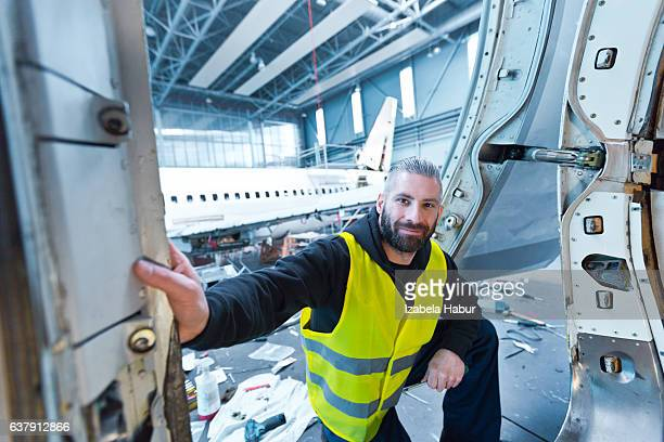 aircraft engineer in a hangar - cargo airplane - fotografias e filmes do acervo
