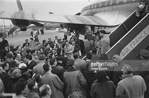 Aircraft Exiting Of Edith Piaf And Jacques Pills Jacques PILLS et Edith PIAF descendant la passerelle d'un avion de Air France sous l'objectif de...