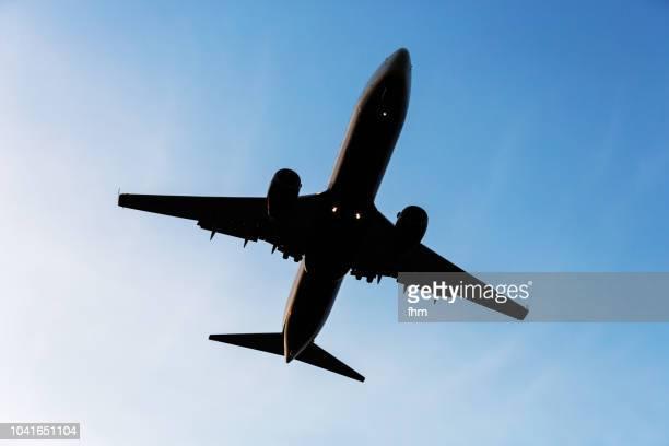aircraft in the sky (schönefeld, brandenburg/ germany) - fliegen stock-fotos und bilder