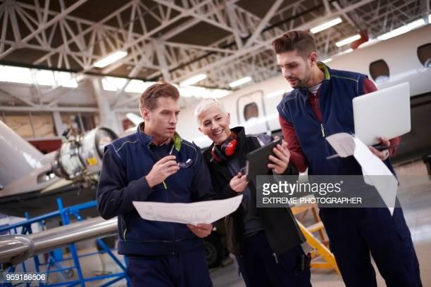 Mécaniciens d'aéronefs dans le hangar